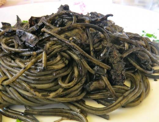 Pasta med blekksprut, tomat, persille og blekksprutblekk. Herlig og et must i Venezia.