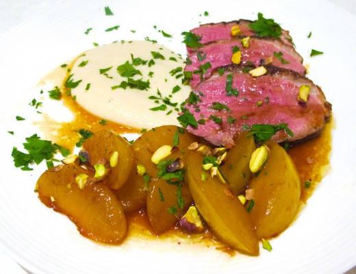 Andebryst med gule plommer kokt i bourbon-karamell servert med jordskokkpuré og salte pistasjnøtter