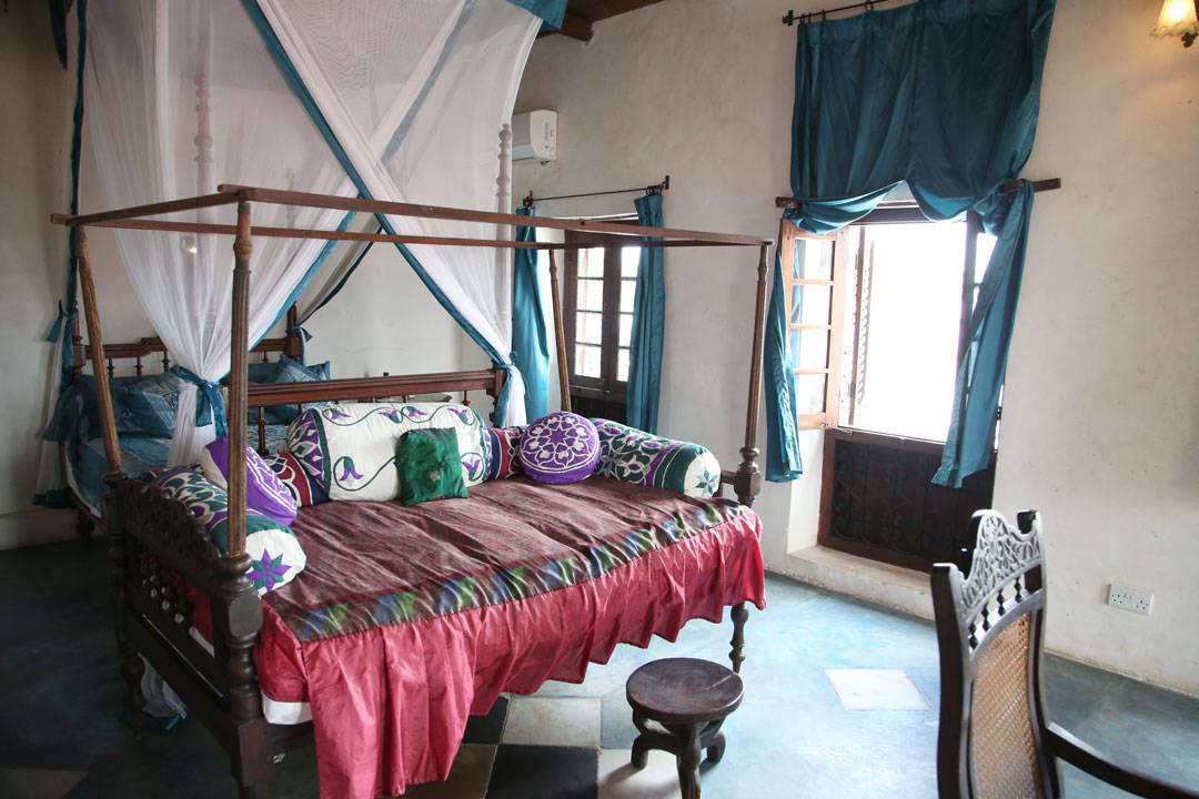 Et av de flotte og individuelle rommene på Emerson Spice hotel.