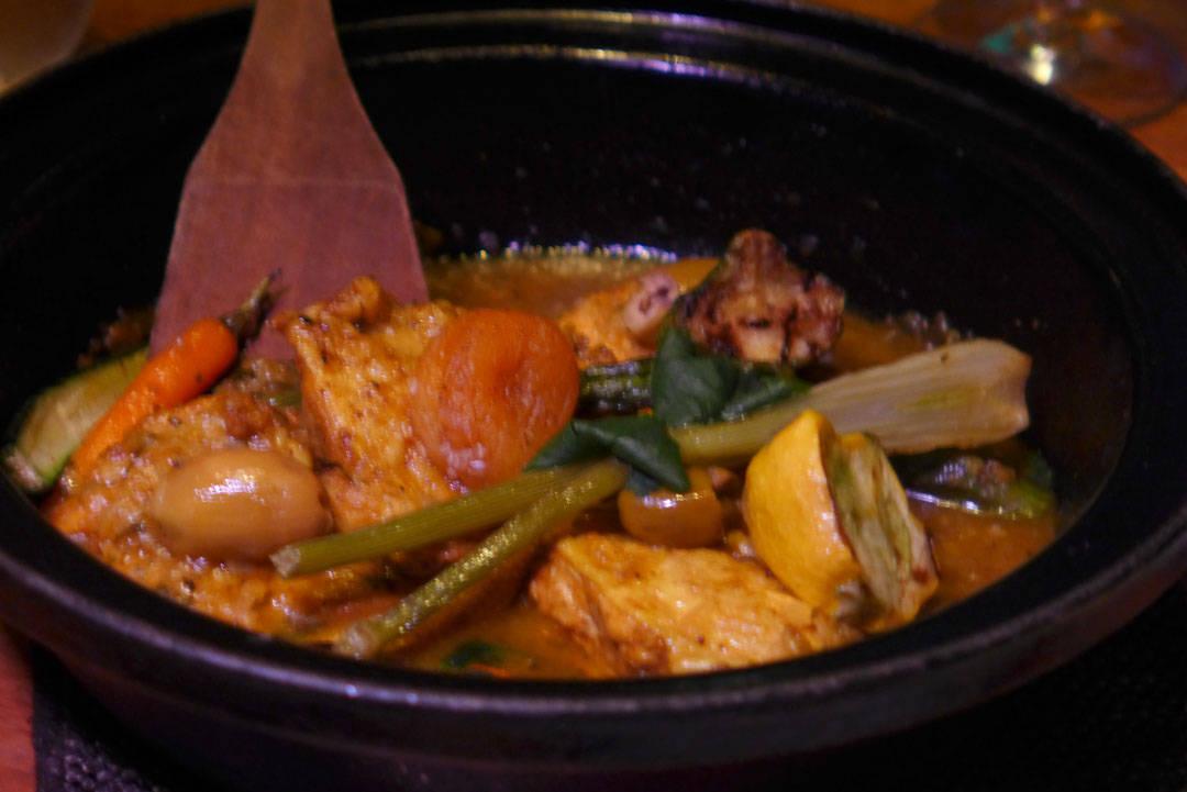 Tagine av baby-kylling, baby-grønnsaker og syltet sitron. For noe n smaker!
