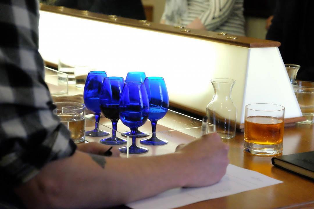 Hva er i glassene? Ikke lett å identifisere en cocktail og merket på brennevinet ut fra nøytrale, blå glass.