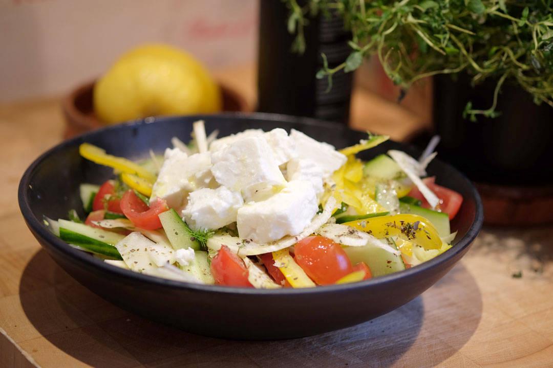 Salat med fetaost, tomater, fennikel, paprika.