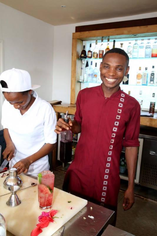 Bartenderne på Essque Zalu begynner å få teken. Foto: Erik Valebrokk