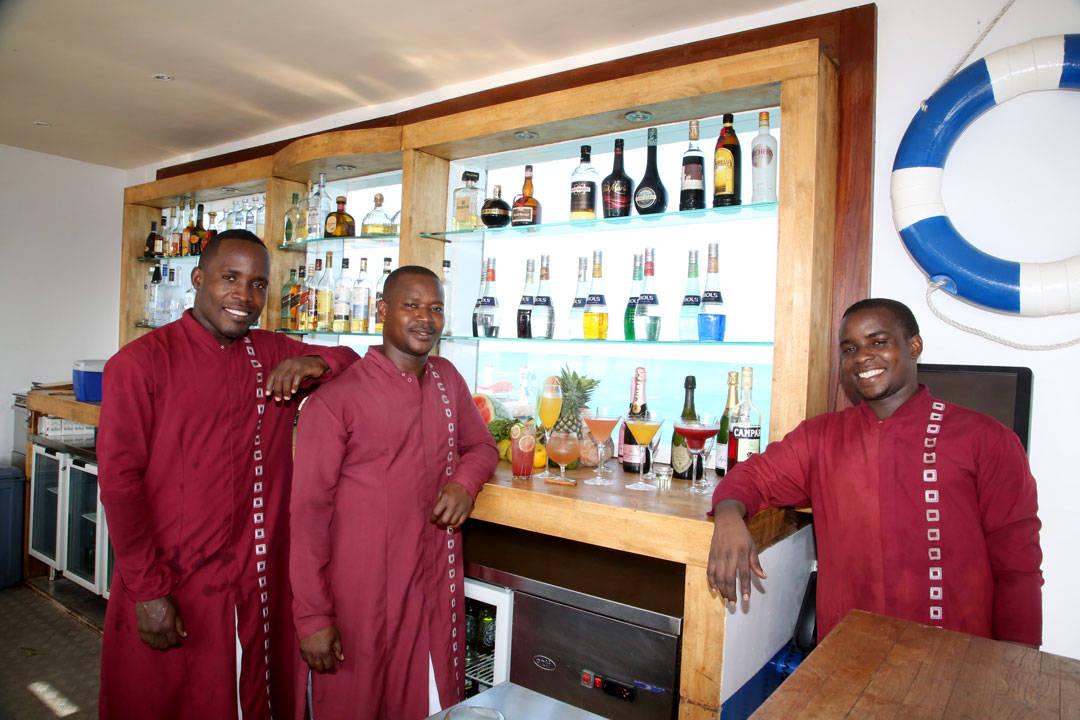 Disse blide bartenderene er klare til å mikse cocktails. Foto: Erik Valebrokk
