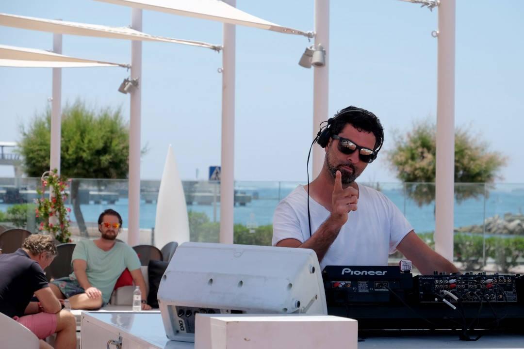Morsomt på Ibiza, da. Dj på hotellet og solskinn i glasset.