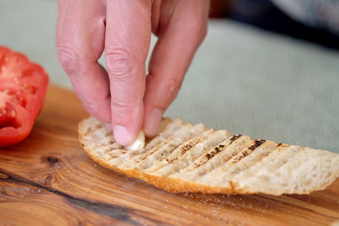 2. Gni hviløksfeddet mot brødoverflaten med snittflaten ned.