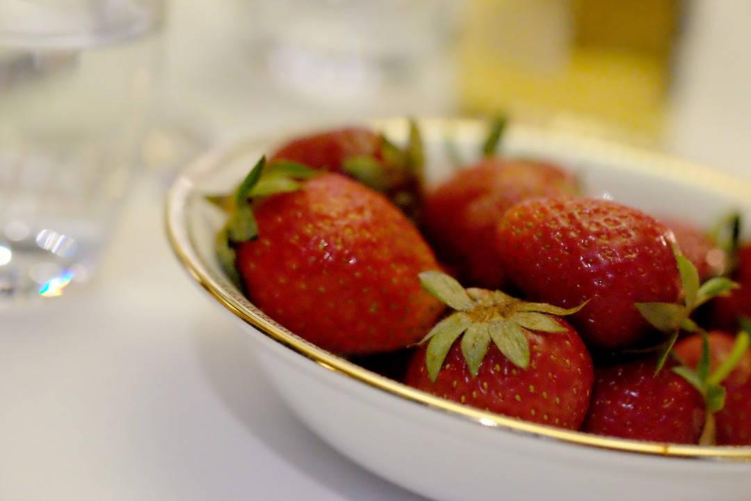 Jordbær til å dyppe i krem. Bonusdessert.