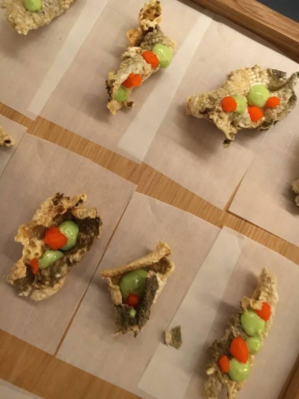 Crispy fiskeskinn med vårløksmajones.