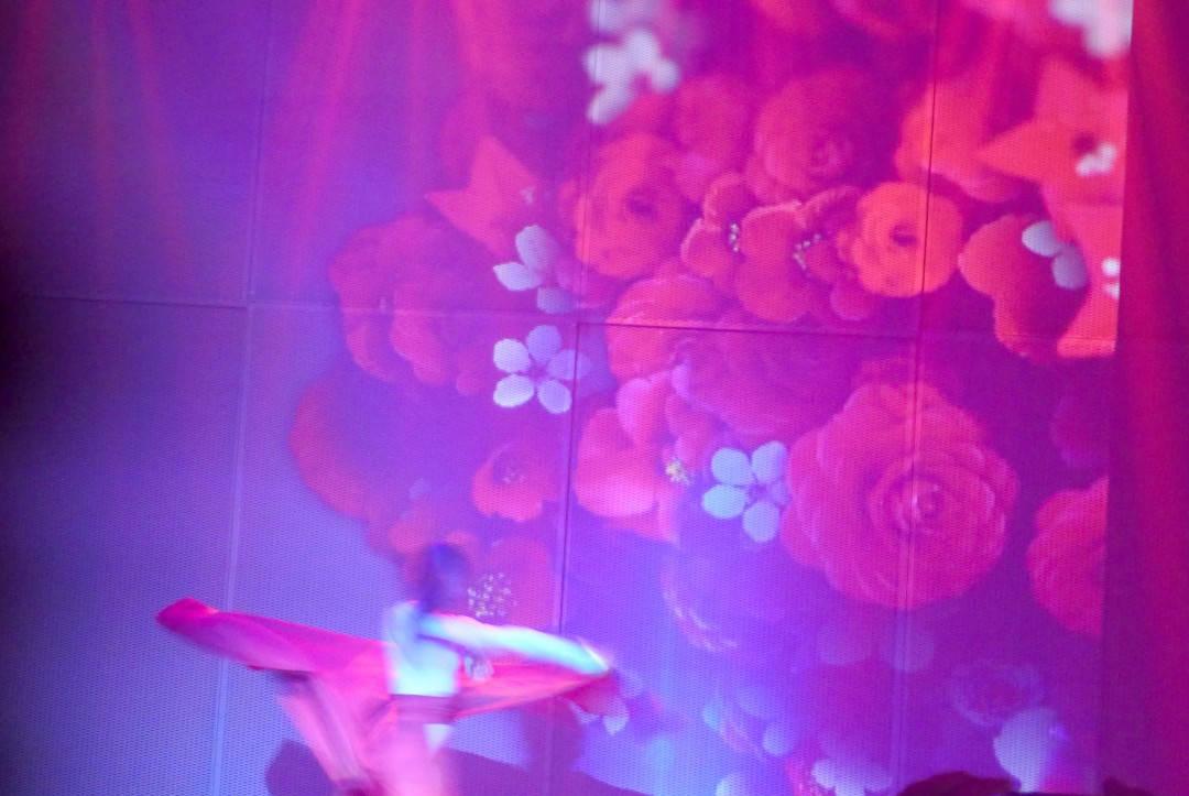 Det lukter og smaker ekstra mye rose når danserne kommer på scenen.