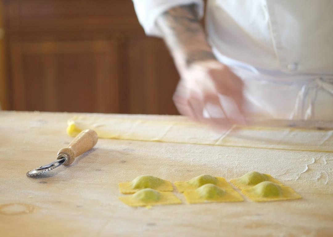 De flotte pastaputene kuttes i riktige størrelser.