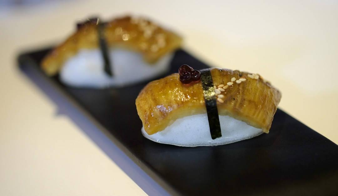 """""""Nigiri sushi"""" laget av sitronmarengs og røkt aubergin. Den smelter bort i munnen som et herlig kyss."""