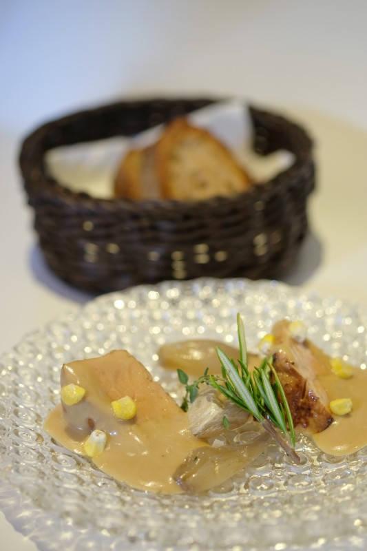 Foie gras med escabech-saus, mais, rosmarin og fransk løk.