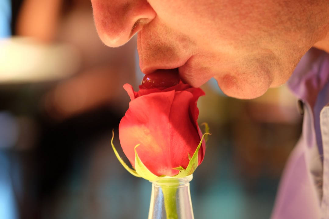 Her skal man suge i seg rosegeléen som ligger på toppen.