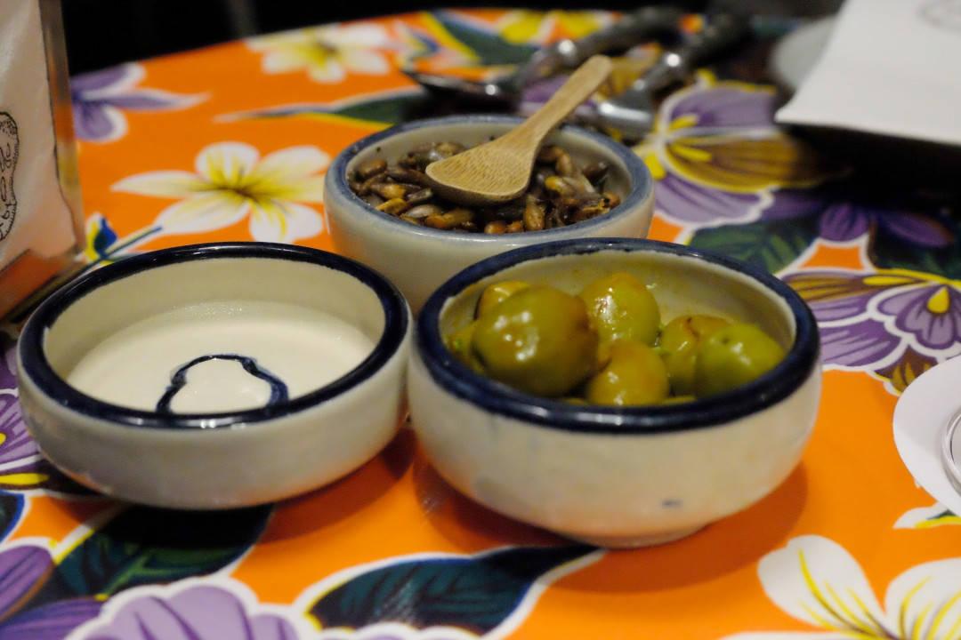 Deilige oliven og krydrede gresskarfrø til drinkene.
