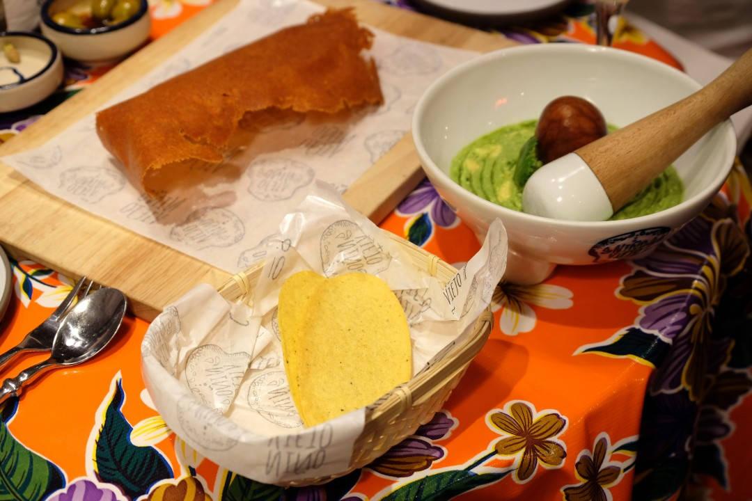 """""""Chicharrones"""" laget av ost."""