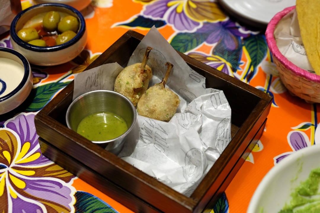 Quia lollypop tempura style. Fantastisk vaktelsnack med en spicy jalapeñosaus.