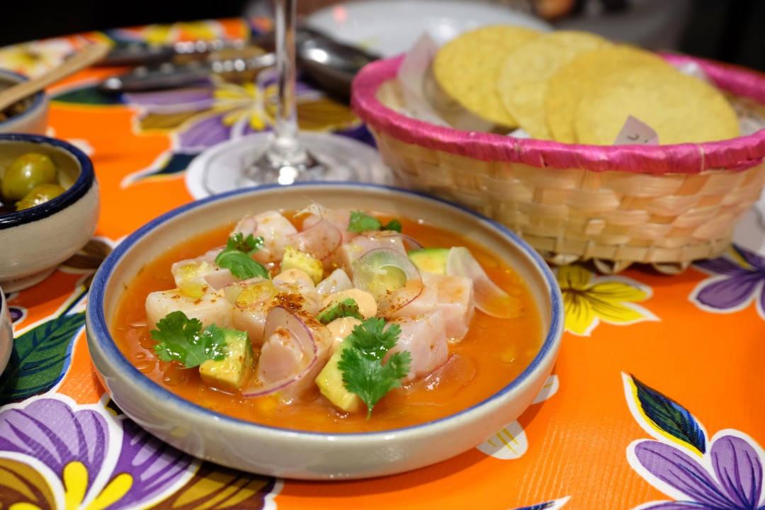 Ceviche som smelter på tungen. Seabass med clamatosaus, chipotlemajones, løk og avokado