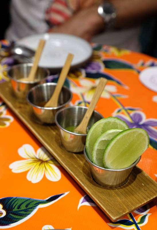 Tre typer chilisauser som tilbhør til maten. Den ene er en frisk salsa verde med jalapeño. Den i midten er med anchochili og den siste er med hissig habañerochili.