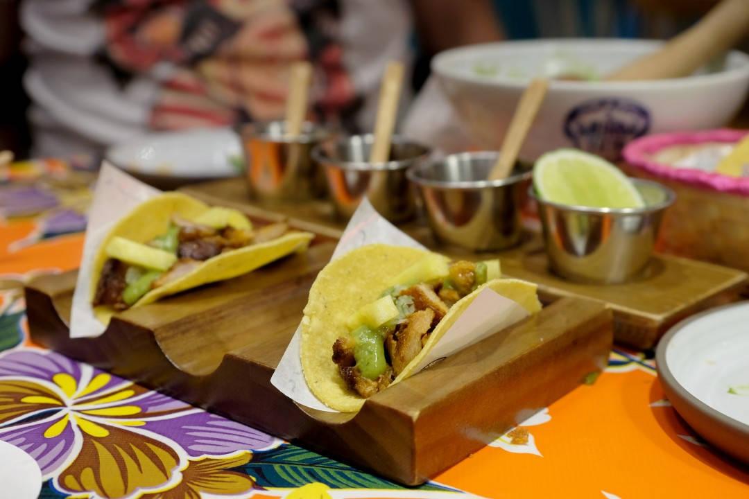 Pork taco laget i ekte kebabovn med ananas og salsa verde. Selvsagt med deres hjemmelagde tacolefser.