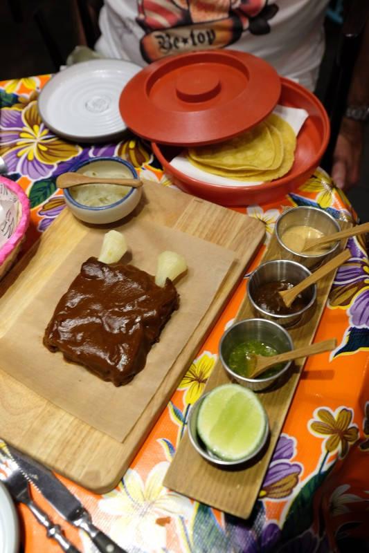 Svinneribbe som faller fra hverandre servert med yuca (slik at det skal se ut som beinpiper), chilianchosaus og guajillo. Oppskriften er fra bestemoren til Paco Mendez.