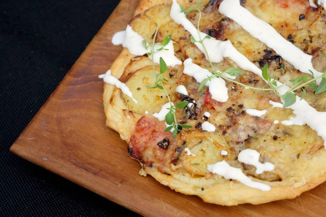"""""""Aussie Veggis"""" – Veggisflatbread med bakt paprika og røkte poteter (Foto: Helle Øder Valebrokk)"""