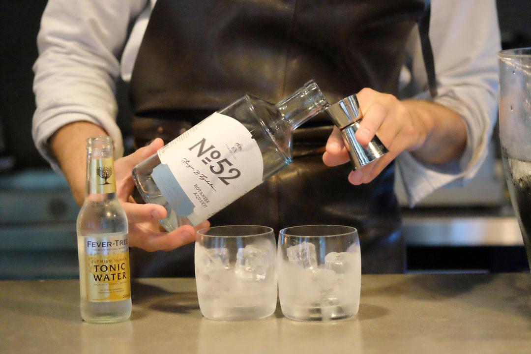 Vi smaker også på en spennende drink laget av Lysholm 52 akevitt servert med tonic, sitron, is og kvernet pepper. Spennende alternativ til en klassisk GT.