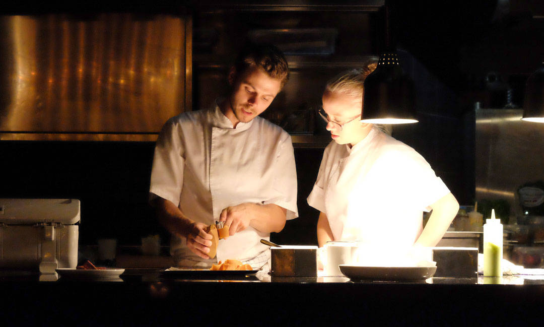 Amerikanske gjester lurer fælt på hva brunost er, så da skjærer kokkene noen skiver for dem til å prøve.