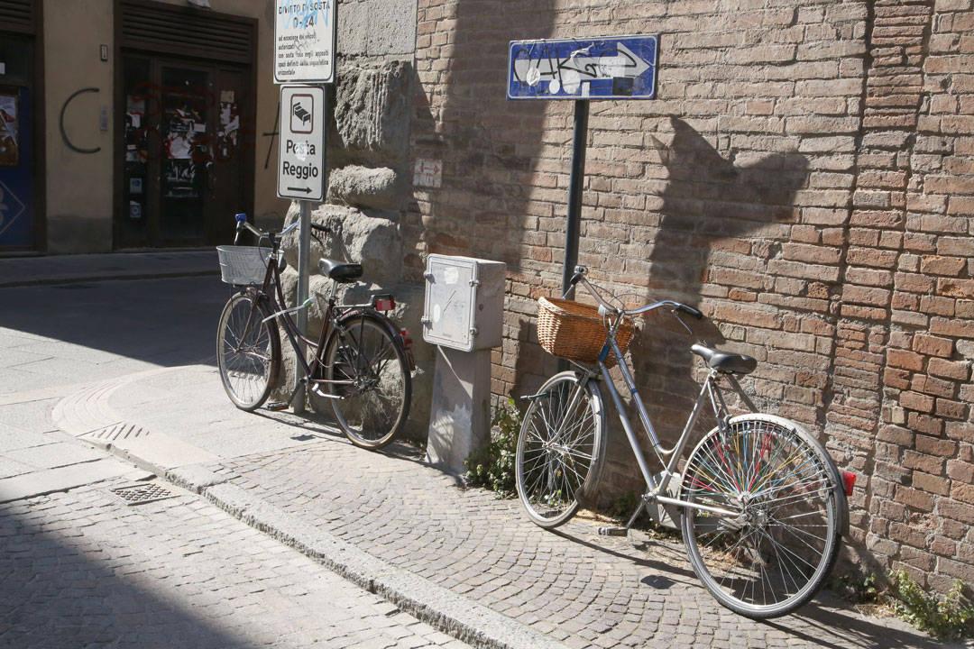Reggio Emilia er en sykkelby. Det er sykler alle steder og egen sykkelstier.