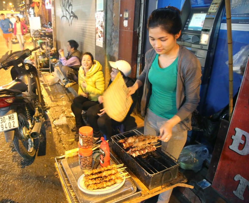Her grilles svinespyd over kull på gaten i Hanoi. (Foto: Helle Øder Valebrokk)