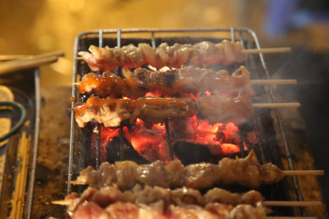 Det grilles kjøtt over glørne og luften er fylt av deilige dufter. (Foto: Erik Valebrokk)