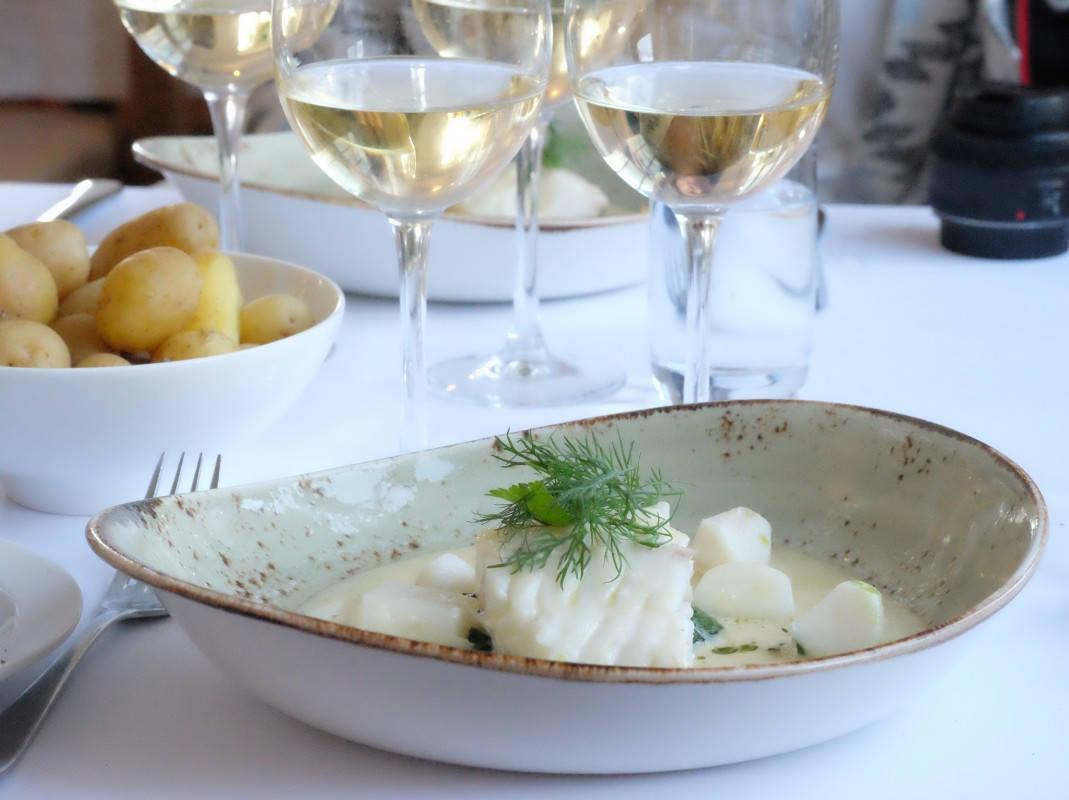 Dampet torsk med safransaus, spinat, neper og nye poteter.