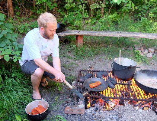 Lakseskivene er gnidd inn med masse eksotisk krydder. De blir svidd på overflaten på høy varme før de skal legges i marinade.