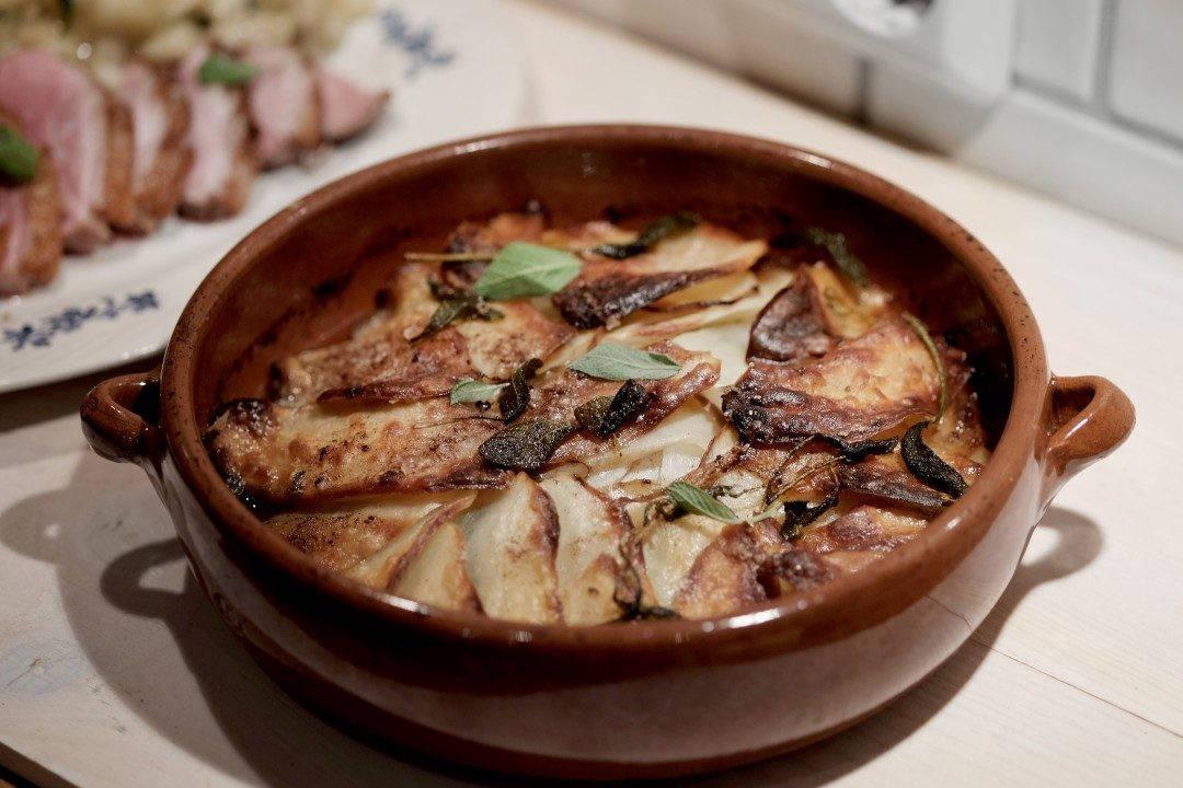 Poteter i form med epler og brunet salviesmør.