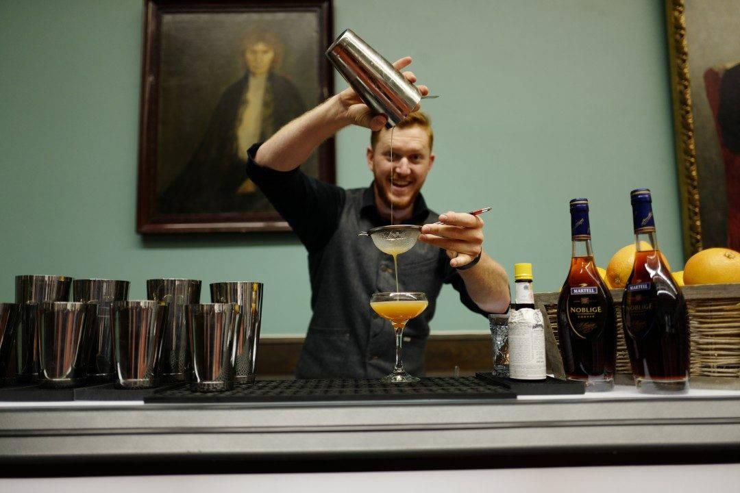 Jon Holte shaker opp noen superbe cocktails laget på Martell.