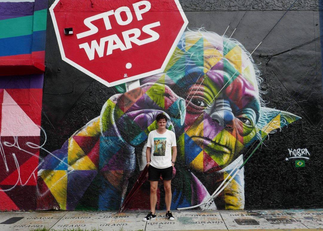 Johan foran en av Wynwoods mange graffitivegger. Det er det bydelen er kjent for.