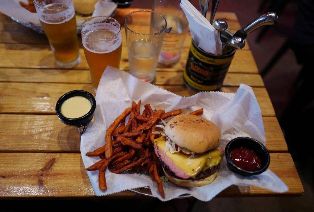 Denne er faktisk kåret til Miamis beste burger. Fantastisk god burger med en tykk skive pastrami på toppen. Søtpotetfries ved siden av. Yum!