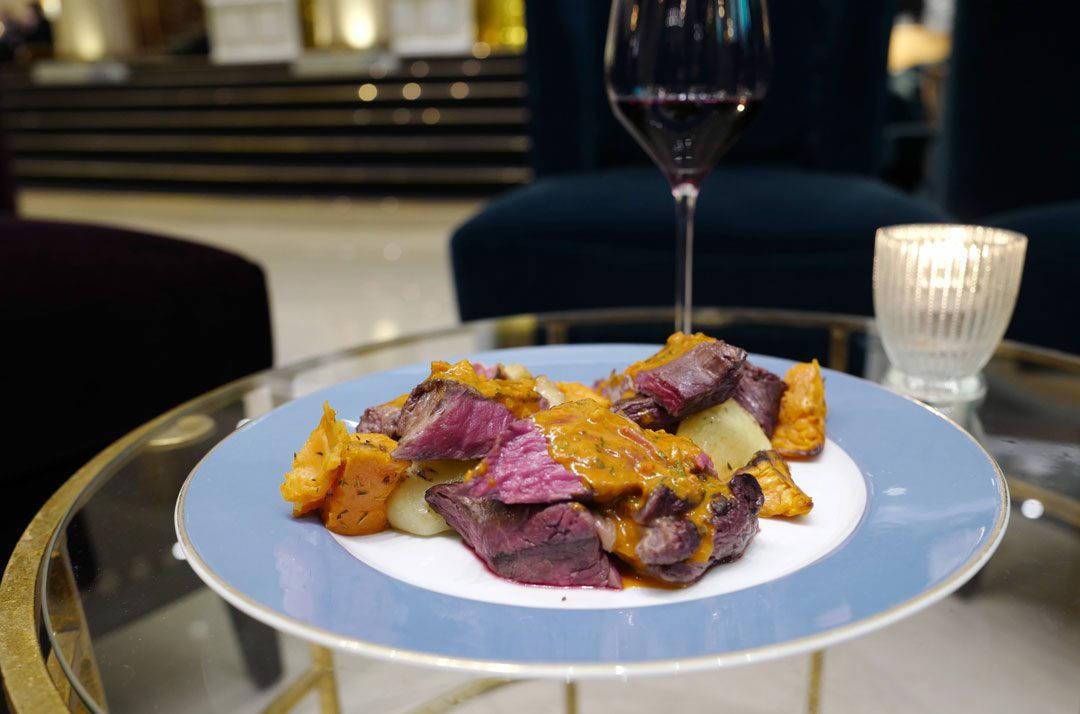 Argentinsk oksekjøtt med rød chimichurri.