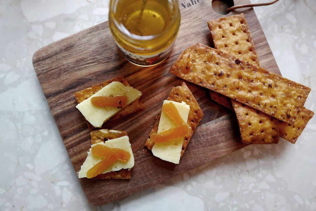 Deilig ost med aprikoser og trøffelhonning.