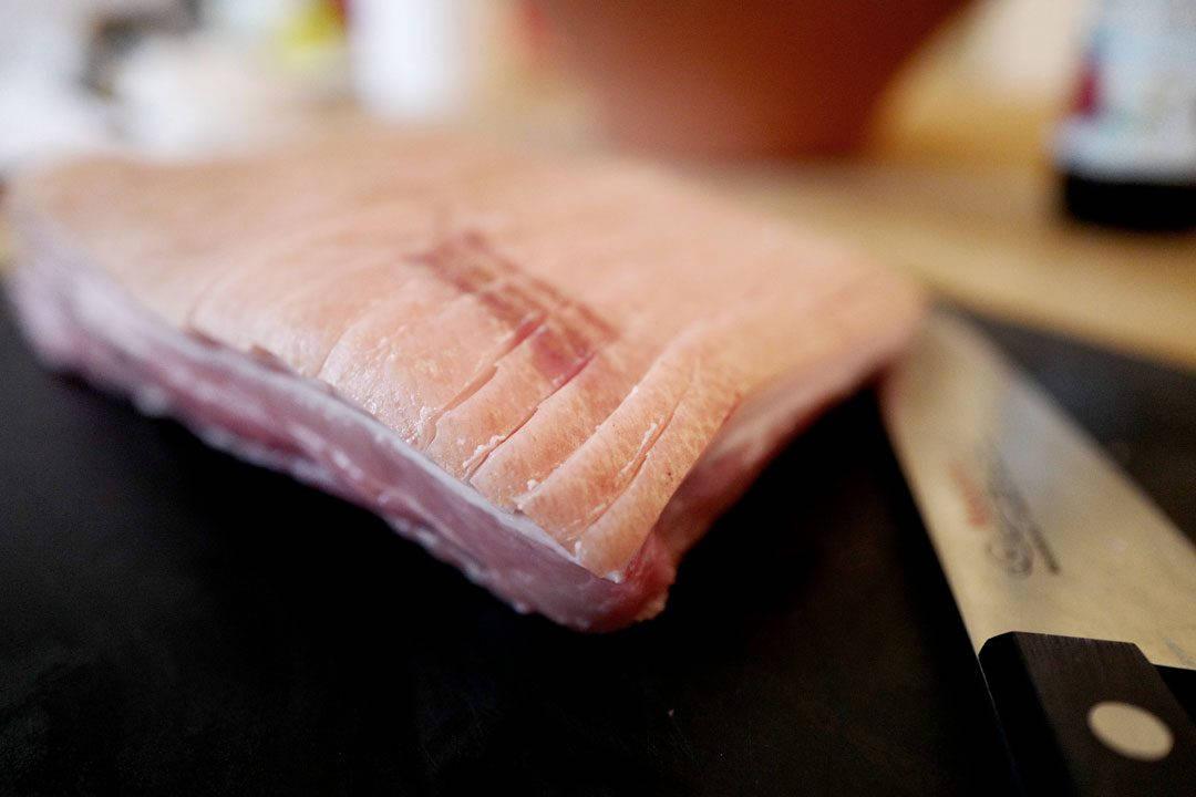 Stepping av svoren gjør du med en skarp kniv eller en tapetkniv.