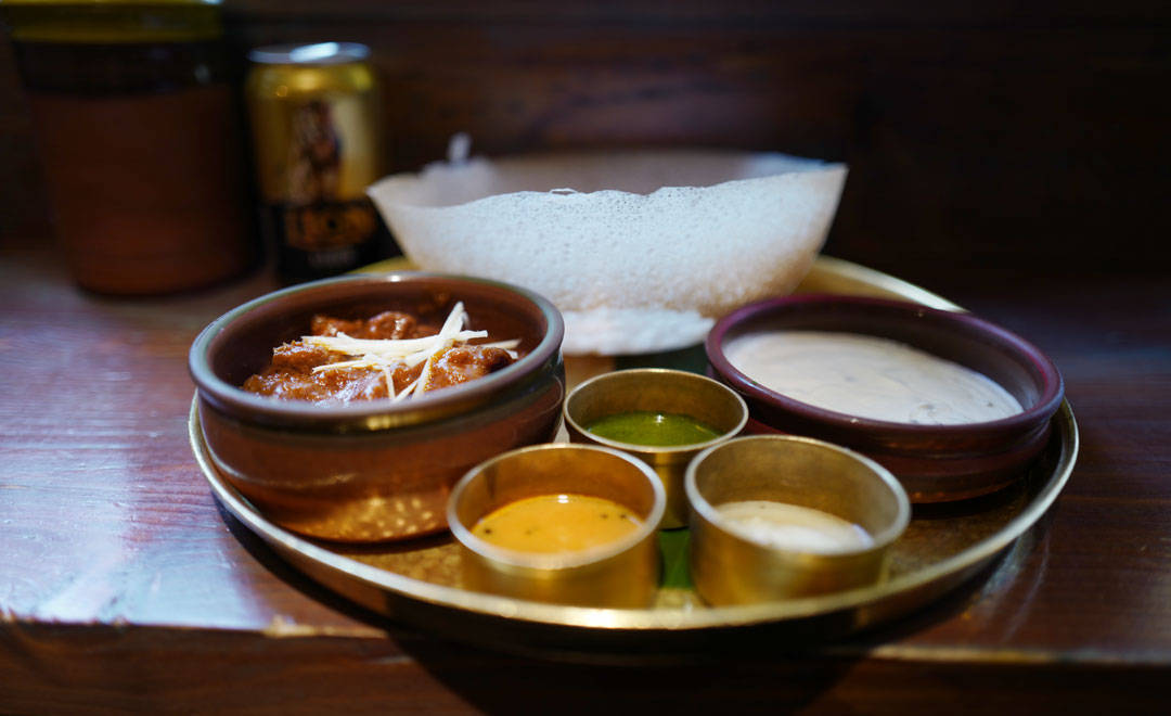 Hopper med lammecurry og div chutneys fra Hoppers i London (Foto: Helle Øder Valebrokk)
