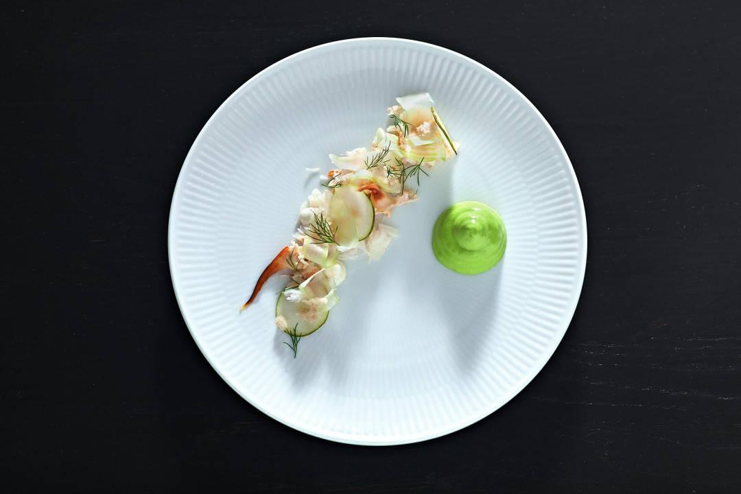 Krabbesalat med dillmajones og stangselleri. Bildet er hentet fra boken INNERÅ + BØ. Foto: Sune Eriksen.