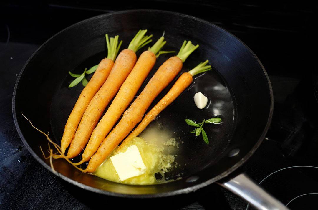 L1150035 1080x713 - Dry aged lammesadel med honningglaserte gulrøtter, fløtegratinerte poteter og lakrissaus