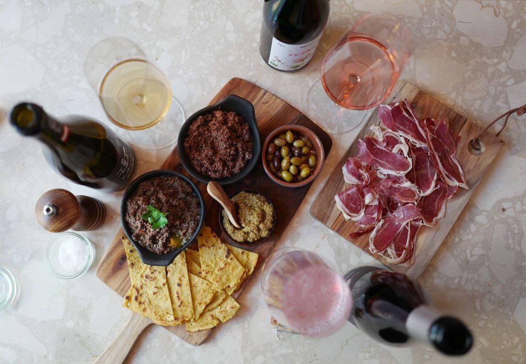 L1160465 1080x748 - Tapenade, pate d'olive, socca og Pét-nat til maifesten