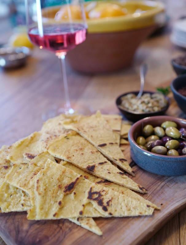 L1160487 - Tapenade, pate d'olive, socca og Pét-nat til maifesten